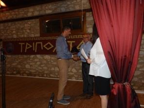 Απονομή τιμητικής πλακέτας στον καθηγητή Κ. Κονταξή, από τον πρόεδρο του Πολιτιστικού Συλλόγου Στ. Μίχο