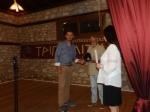 Απονομή τιμητικής πλακέτας στον εκπαιδευτικό Βασ. Σιουζούλη, από τον πρόεδρο του Πολιτιστικού Συλλόγου Στ.Μίχο