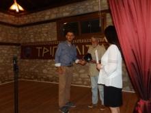 Απονομή τιμητικής πλακέτας στον εκπαιδευτικό Βασ. Σιουζούλη, από τον πρόεδρο του Πολιτιστικού Συλλόγου Στ. Μίχο