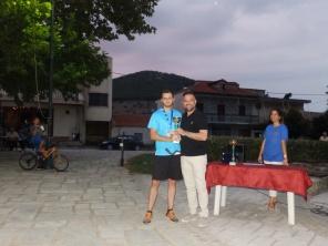 Ζήσης Σουγλής (Δολίχη), κατέλαβε την 2η θέση με χρόνο 18:05,77, βράβευση από τον βουλευτή Λάρισας Γιώργο Κατσιαντώνη